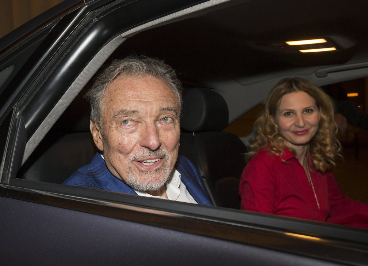 Ivana Gottová odjíždí s Karlem Gottem z koncertu.