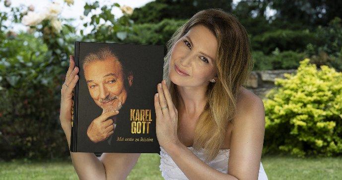 Ivana Gottová s knihou Karla Gotta Má cesta za štěstím.
