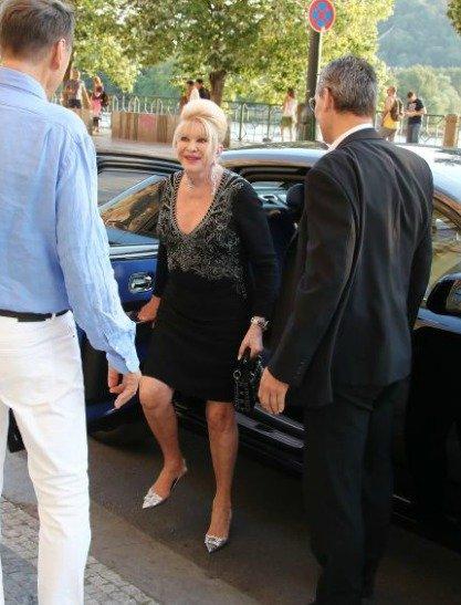Ivana měla problém při vylézání z auta.