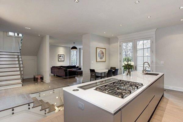 Kuchyně je bílá, moderní s minimalistickým designem