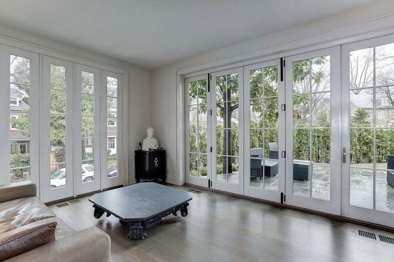 Ve společenské místnosti je velkorysé okno, které nabízí krásný výhled do zeleně