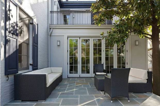 Pohled na terasu s moderním zahradním nábytkem