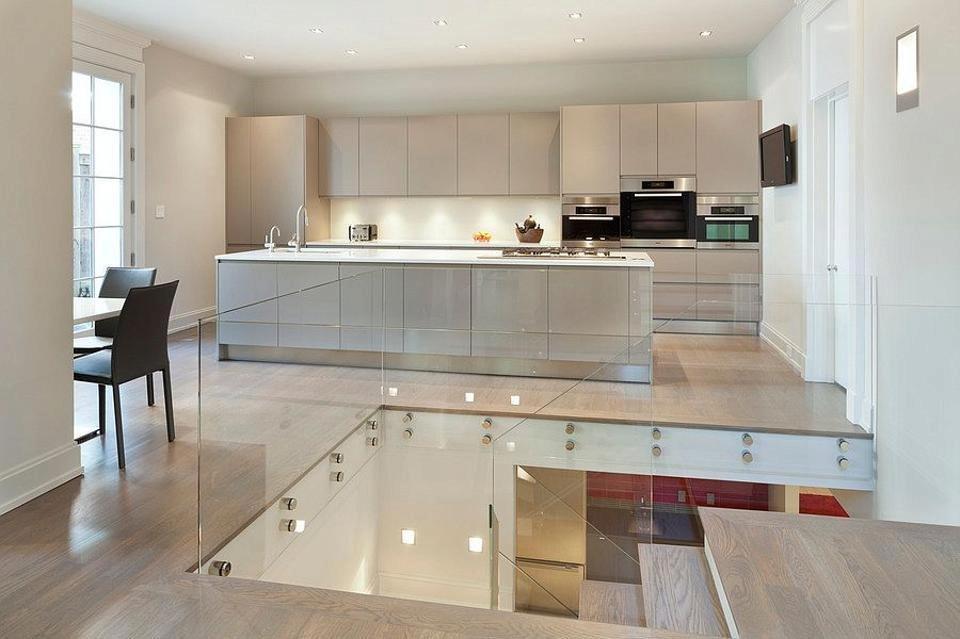 Pohled do otevřené kuchyně s ostrůvkem