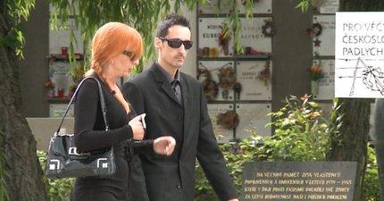 Na pohřeb přišla i policistka, která sebevraždu Ivety Bartošové vyšetřuje.