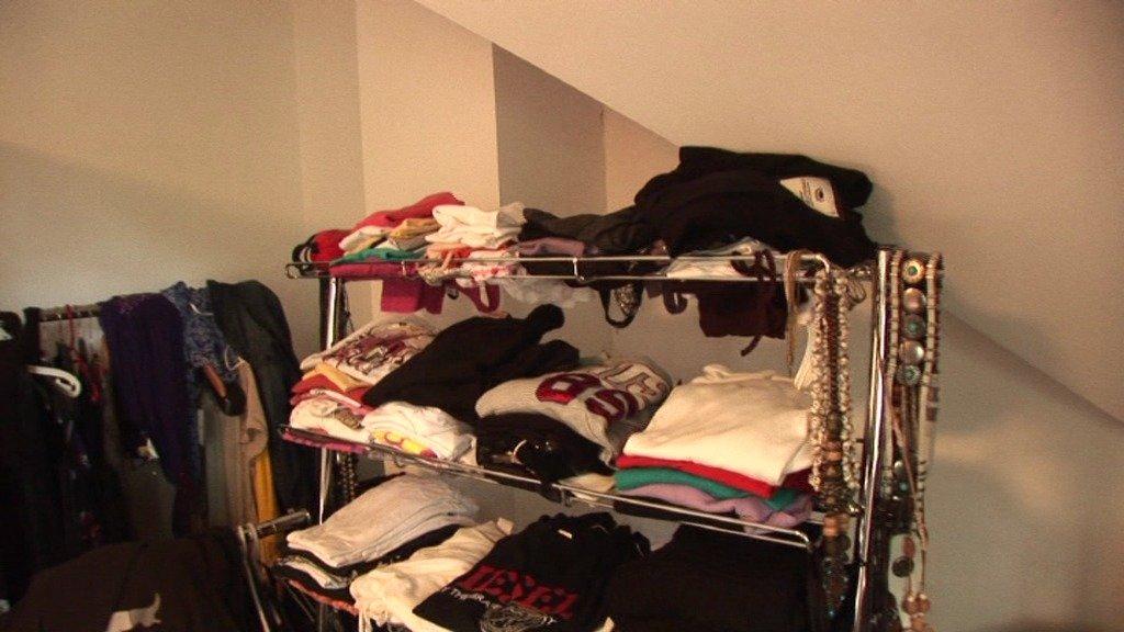 Iveta měla oblečení v regálech vyřazených z obchodů.