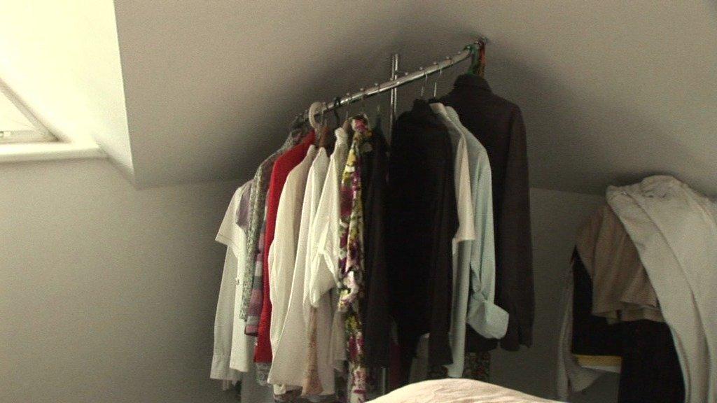 Kulatý stojan v rohu ložnice byl pro košile