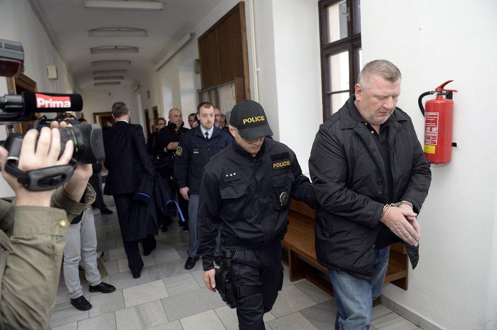 Iva Rittiga odvádí policie: Zadržen byl i spolu s dalšími čtyřmi obviněnými z praní špinavých peněz