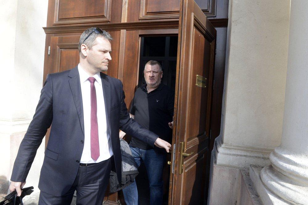 Ivo Rittig opouští budovu soudu. Soud mu předtím vrtáil cestovní doklady, žalobce se obával, že může ujet do zahraničí