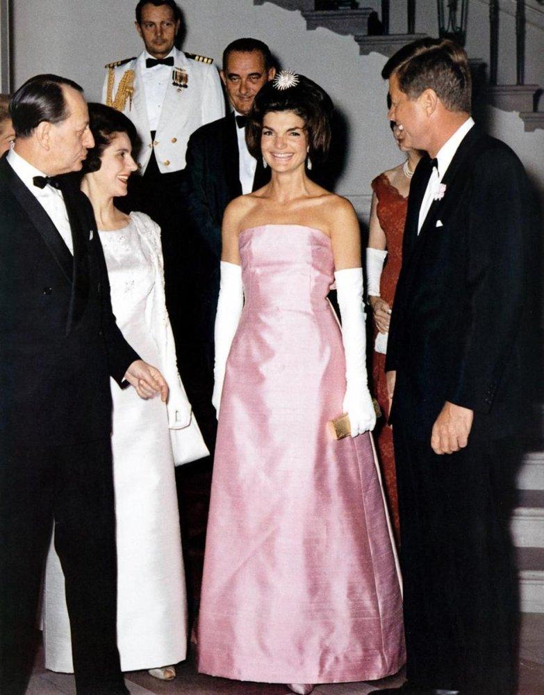 Jacqueline Kennedy Onassis v šatech návrháře Oscara de la Renty
