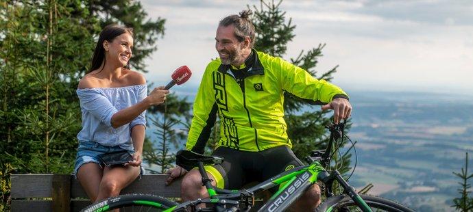 Jágr při rozhovoru s reportérkou iSport TV Simonou Kubišovou