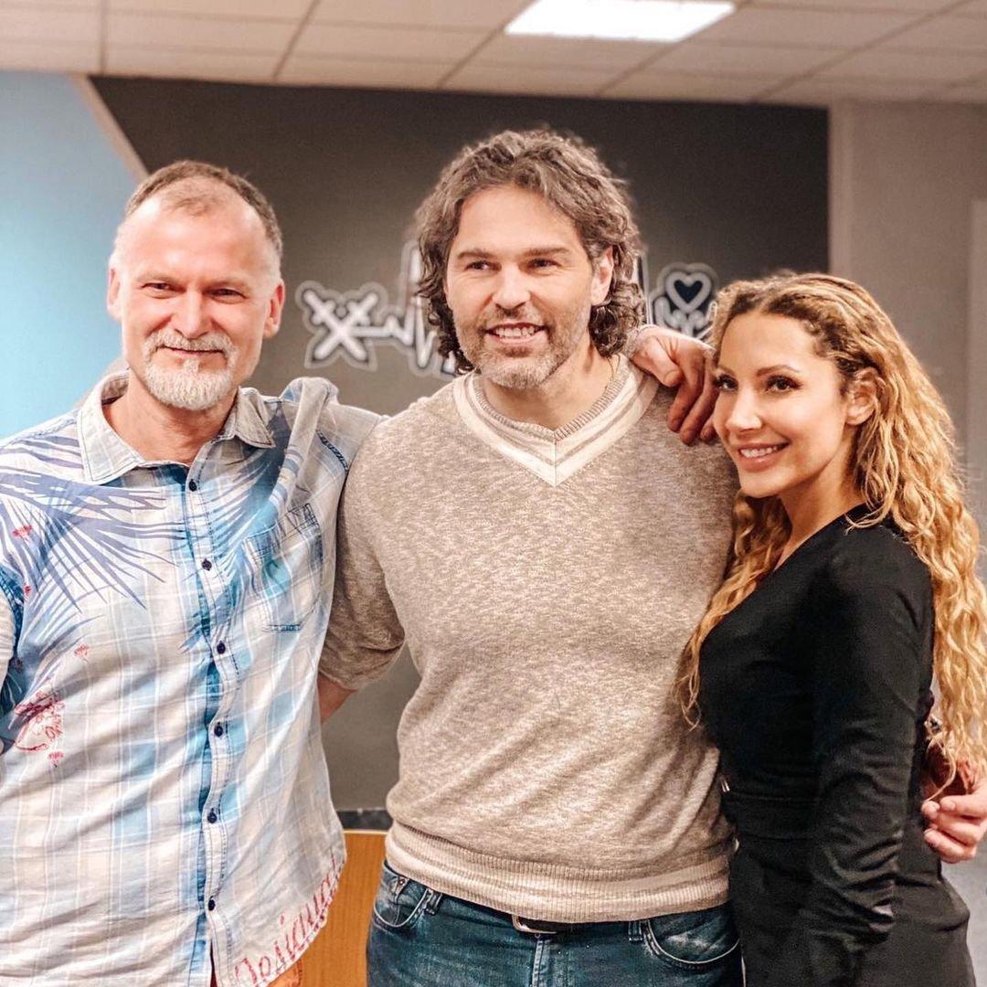 Legendární Jaromír Jágr s kvantovým fyzikem profesorem Janem Rakem a zpěvačkou Olgou Lounovou.
