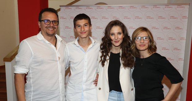 Sara Sandeva s rodinou: Zleva tatínek Antonio, bratr Teo, Sara a maminka Slobodanka