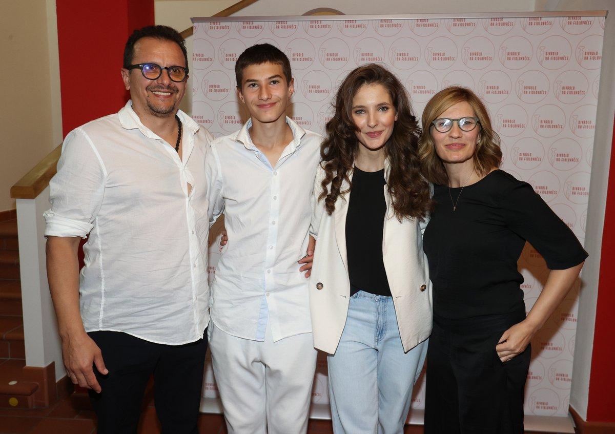 Sara Sandeva s rodinou: Zleva tatínek Antonio, bratr Teo, Sara a maminka Slobodanka.