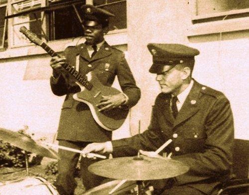 James Hendrix hraje na kytaru ve Fort Campbell v Kentucky v roce 1962. Dnes je považován za jednoho z nejvýznamnějších a nejvlivnějších kytaristů v historii rockové hudby.