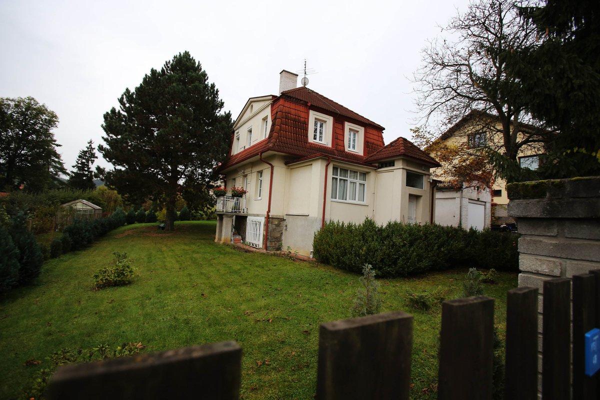 Dcera Alena získala vilu s rozlehlým pozemkem v Černošicích u Prahy v přibližné hodnotě deset milionů korun.