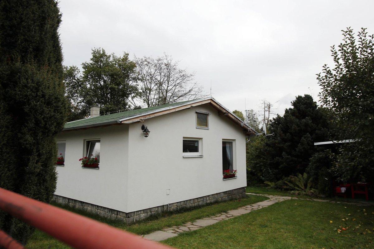 Na Pavlínku přepsal skromnější chatičku v malebné chatové oblasti v Čerčanech na břehu řeky Sázavy, kde společně žijí. Hodnota domečku je 1,5 milionu Kč.