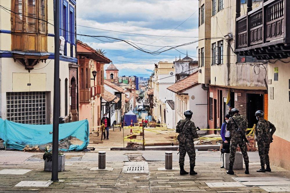 Vojáci hlídají ulice Bogoty během karantény