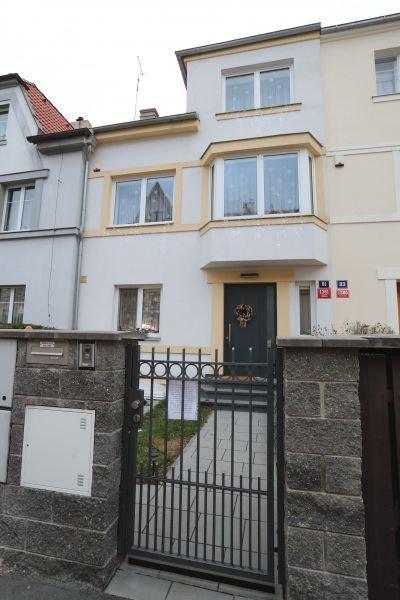 Vila na Praze 6, kde rodina žije.
