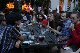 Šest lidí u stolu? Vojtěch nařizuje nesmysly a Maláčová se nám od piva směje do …