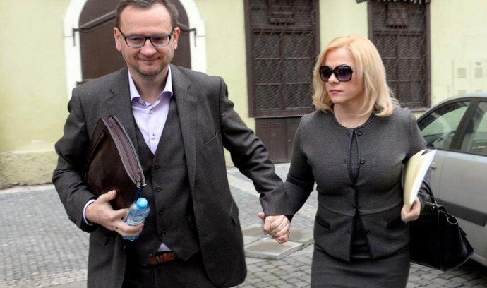 Jana Nečasová, dříve Nagyová, někdejší šéfka kabinetu expremiéra Petra Nečase (vpravo) a jeho nynější manželka obžalovaná ze zneužití Vojenského zpravodajství přichází 20. listopadu k Obvodnímu soudu pro Prahu 1.