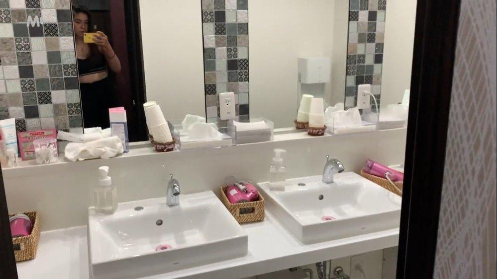 Koupelna v kapslovém hotelu má všechno, co byste mohli potřebovat