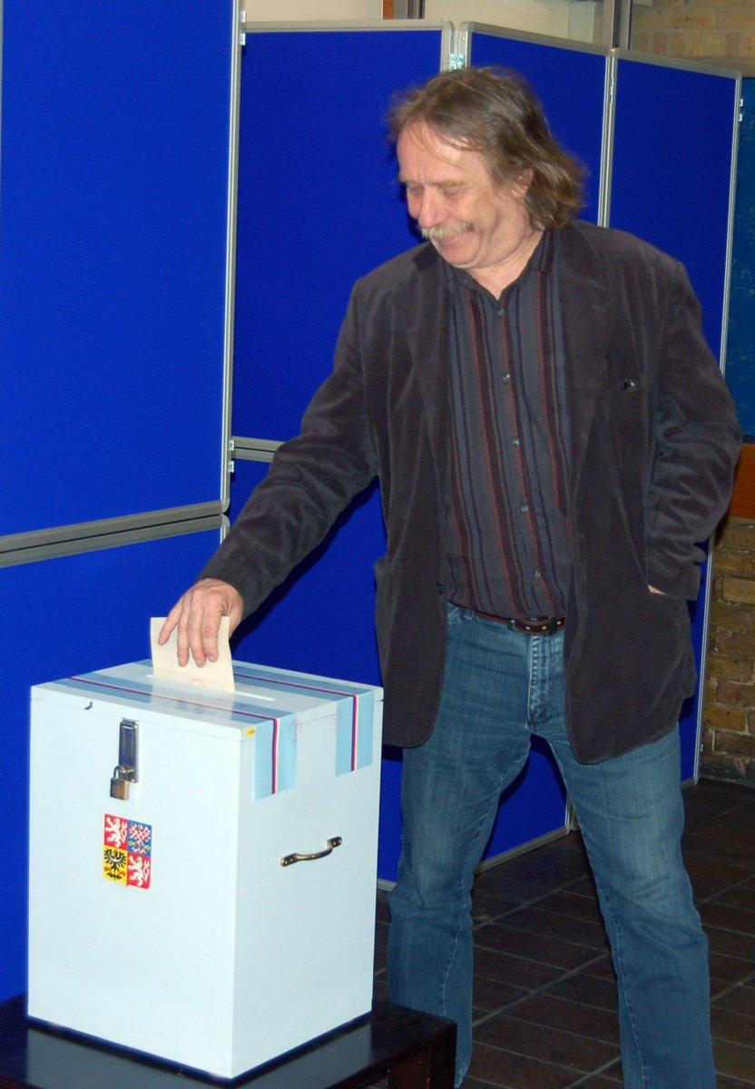 Písničkář Jaromír Nohavica odevzdal 28. května svůj hlas do parlamentních voleb v Londýně, kde bude večer koncertovat.