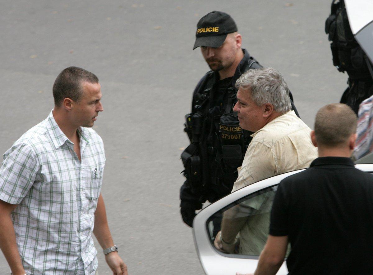 Bartáka odvádějí na krajské policejní ředitelství v Kongresové ulici.