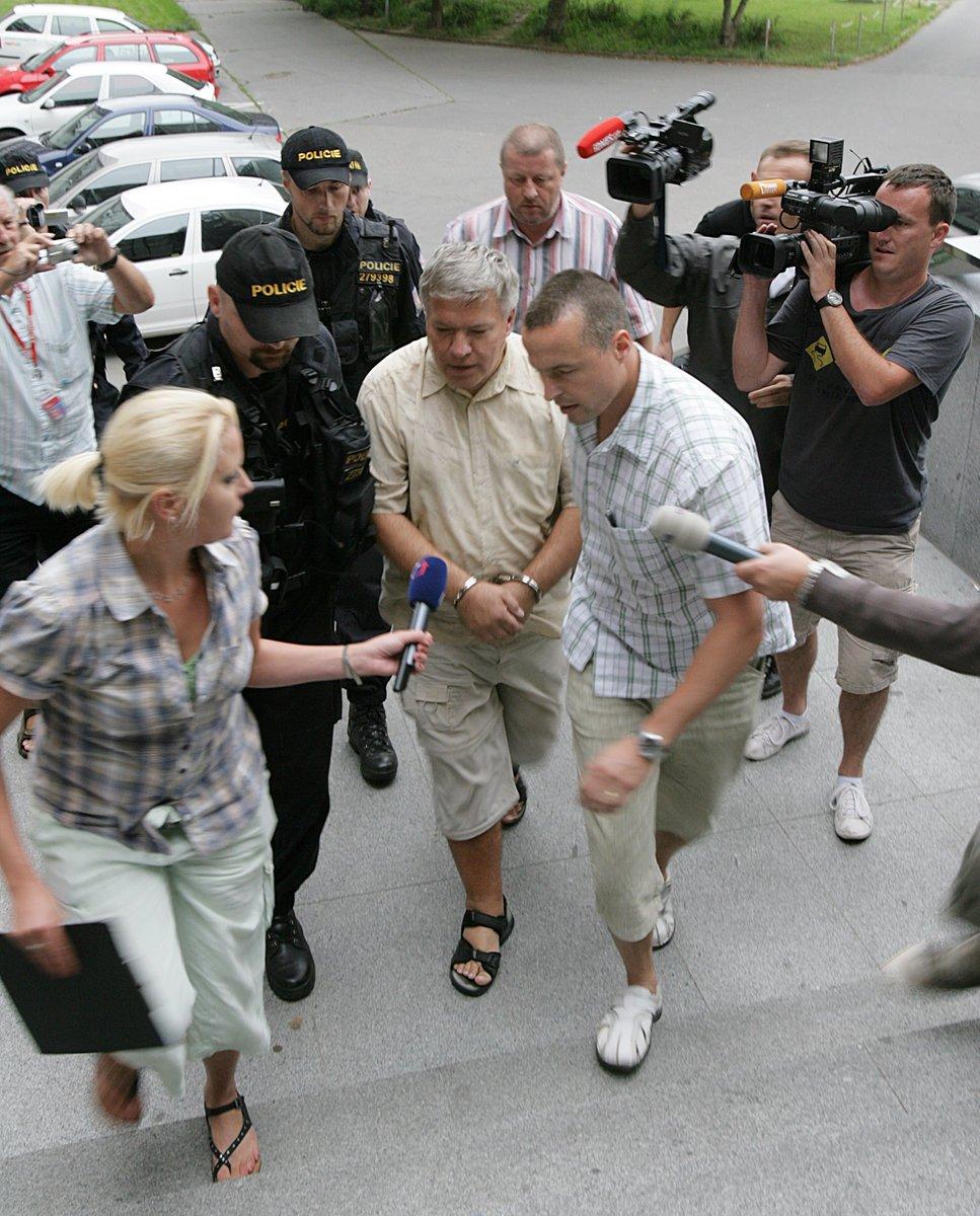Zvrhlý lékař v obležení novinářů.