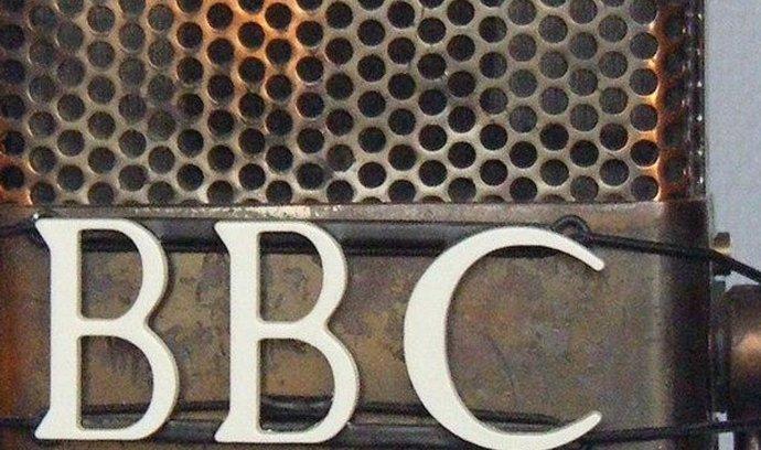 """""""Je to plán na menší BBC, která ale využívá své zdroje efektivněji,"""" řekl Thompson, který zdůraznil, že žádná ze stanic se neruší. Hlavním smyslem plánu je podle něj """"fungovat tak, jak si můžeme dovolit, ale samozřejmě to bude znamenat, že část toho bude poměrně nestravitelná"""". Dodal, že někteří zaměstnanci budou muset být propuštěni."""