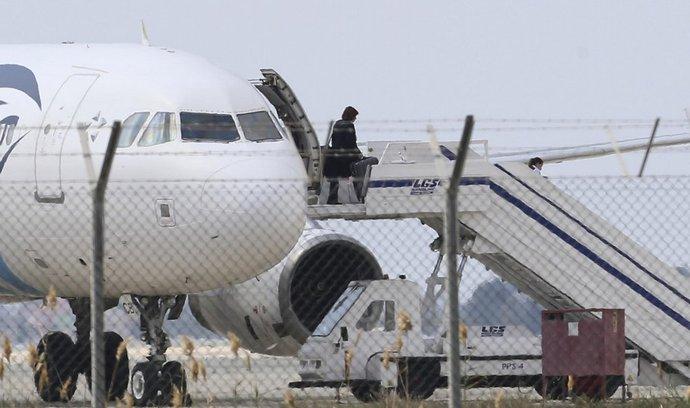 Jeden z rukojmích opouští unesené egyptské letadlo na Kypru
