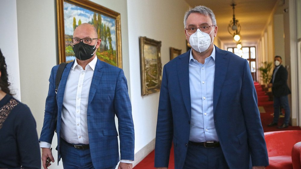 Ministr školství Robert Plaga (ANO) a ministr obrany Lubomír Metnar (ANO) dorazili na mimořádné jednání vlády (21.5.2021)