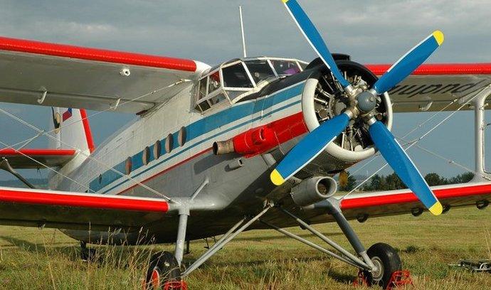Jednomotorový dvouplošník Antonov An-2 v českých barvách
