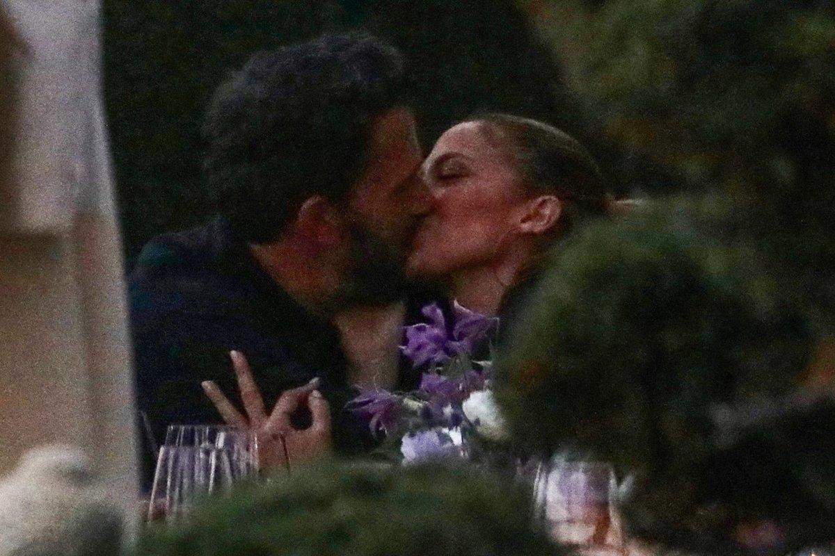 Jennifer Lopez a Ben Affleck nachytáni při líbačce.