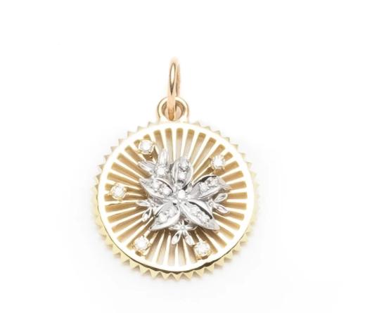 Medailon - 70 000 Kč, 18karátové zlato, osázený brilianty: Symbolizuje divoké květy krmeny vášní. Trny představují riziko vztahu.