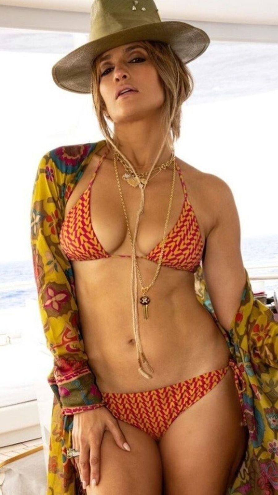 Jennifer Lopezová ověnčená šperky