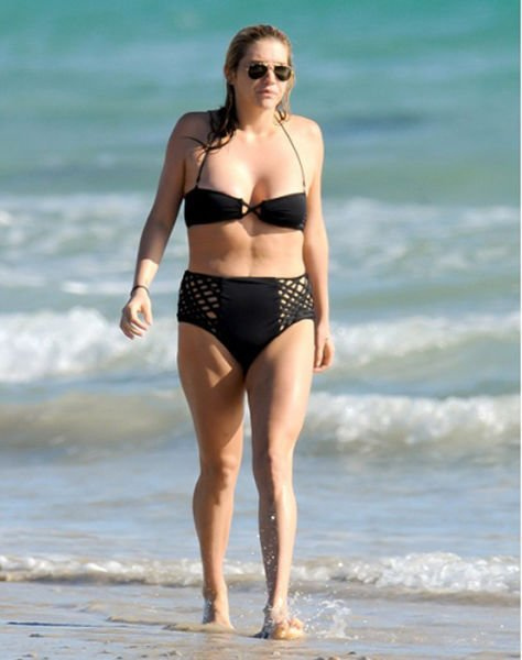 Na pláži už ale tolik ne. Má chlapeckou postavu bez pasu a babské plavky.