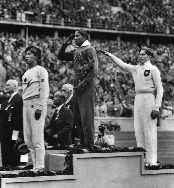 Jesse Owens vyhrál zlato na olympiádě v nacistickém Německu, 1936