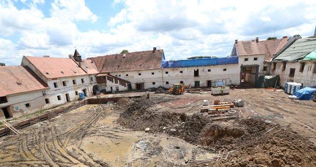 Developerská společnost V Invest rekonstruuje v pražských Jinonicích místní zámeček, který roky chátral. Práce probíhají ve spolupráci s památkáři. Zámeček si zachová svou historickou podobu a bude sloužit hlavně k bydlení.