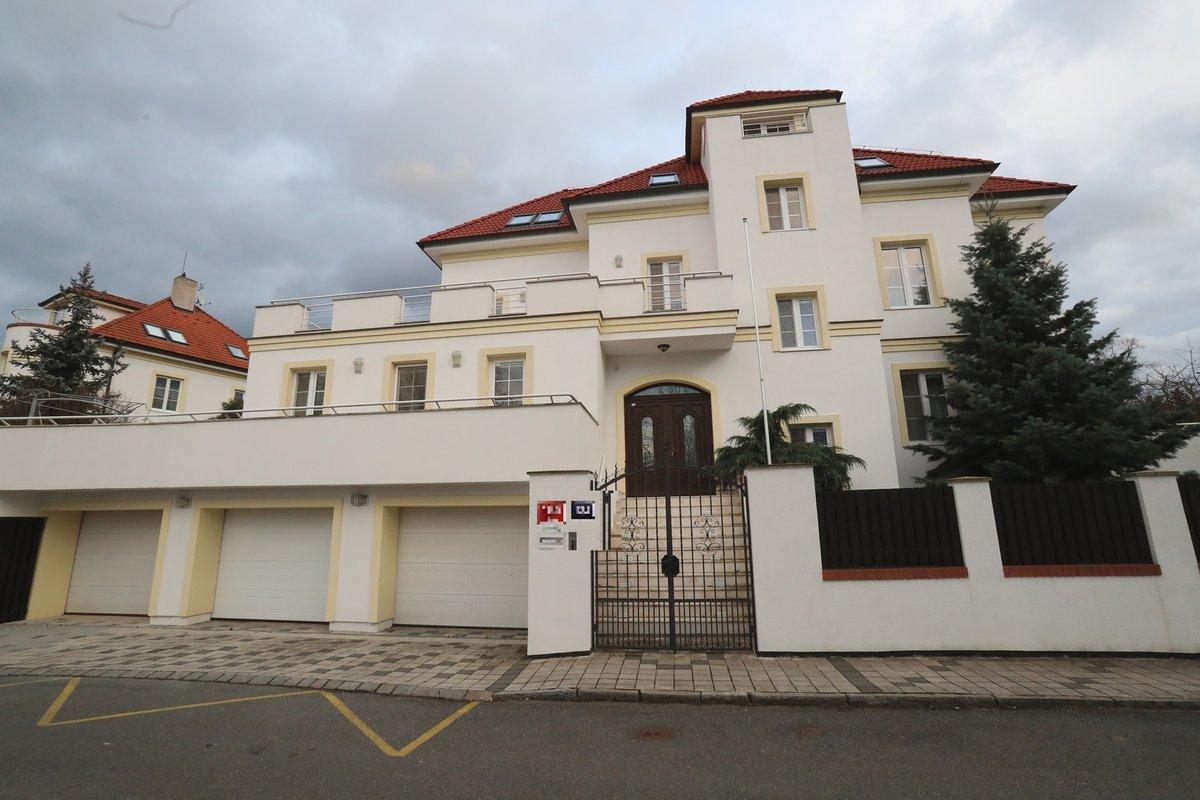 Praha 6: Vilu za 100 milionů vlastní Adamec sám a pronajímá ji.