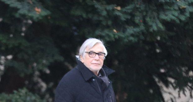 Jiří Bartoška čtyři dny po propuštění z nemocnice, kde mu operovali slepé střevo.