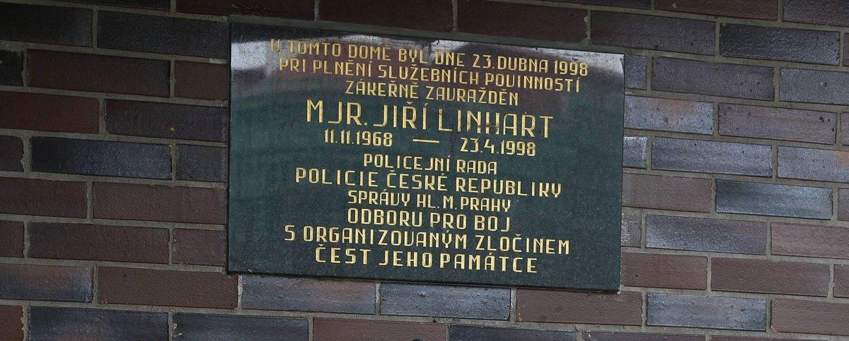Pamětní desku na dům, kde Chromek zabil mjr. Linharta, zařídili policisté.