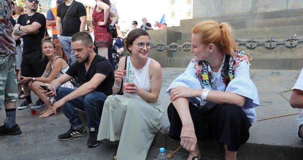 Jiří Mádl, Eva Josefíková a Iva Pazderková během demonstrace proti premiéru Babišovi a ministryni Benešové na Václavském náměstí (4. 6. 2019)