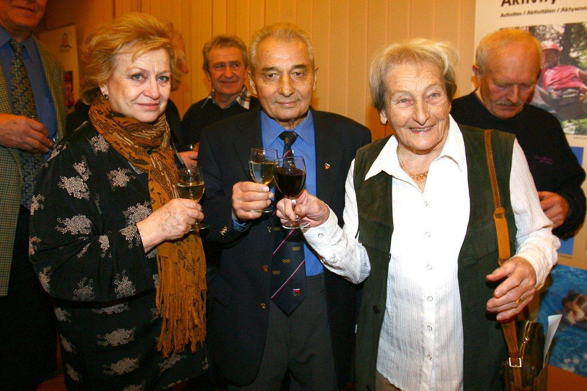 Měl rád víno a ženy. Raškovy slavné dámy Věra Čáslavská (vlevo) a Dana Zátopková.