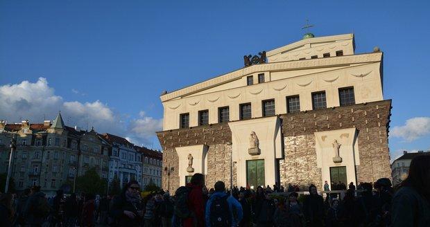 Kostel Nejsvětějšího Srdce Páně stojí na náměstí Jiřího z Poděbrad.