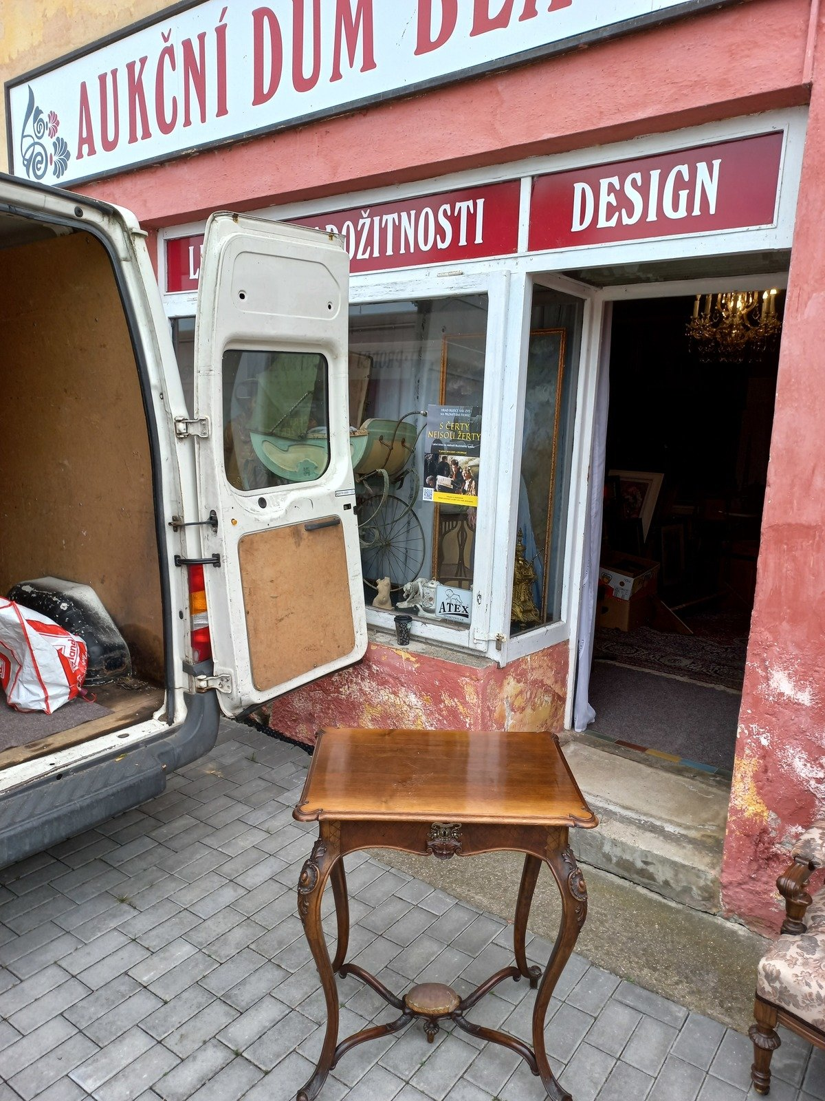 Malý stolek se šuplíkem má vyvolávací cenu 3600 Kč.