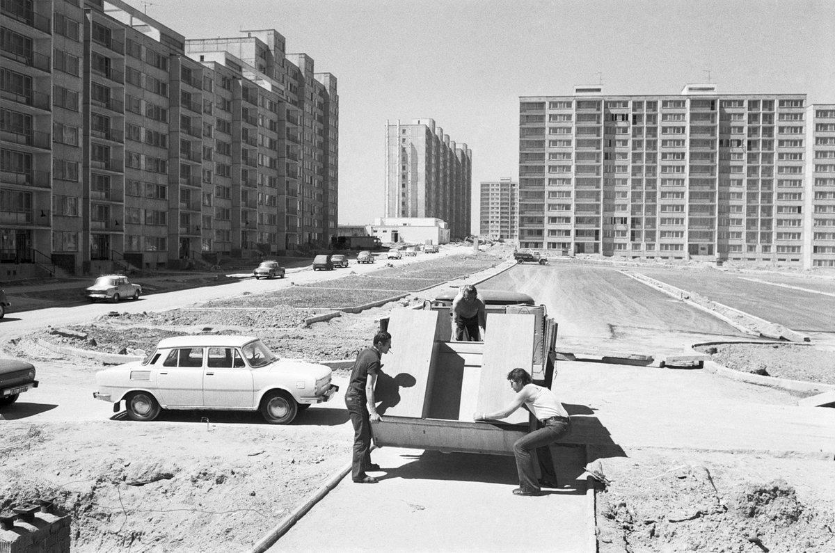 První obyvatelé sídliště stěhují nábytek v červenci 1976.