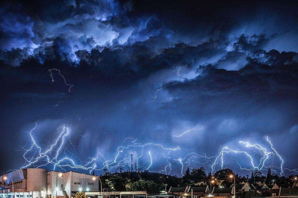Bouře na předměstí Johannesburgu v JAR