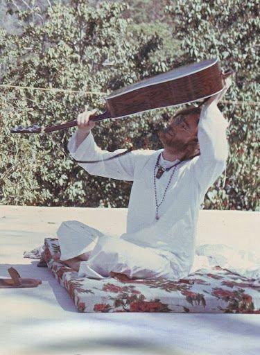 Indie, 1968. John Lennon hledá svoje trsátko.