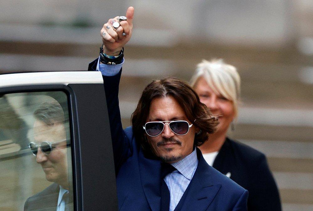 Rozesmátý Johnny Depp u soudu