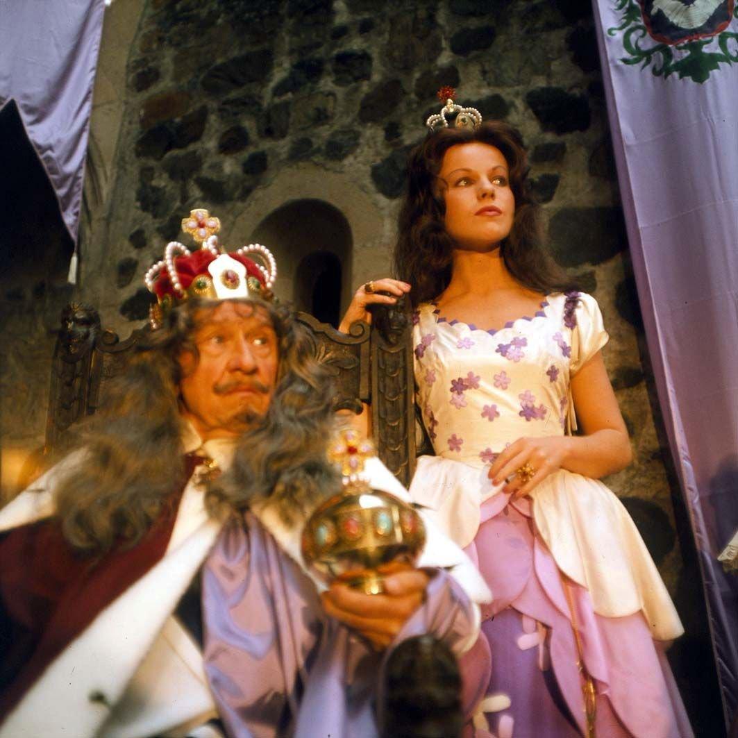 1977 - V pohádce Honza málem králem si zahrála »němou« princeznu (na snímku s F. Filipovským).